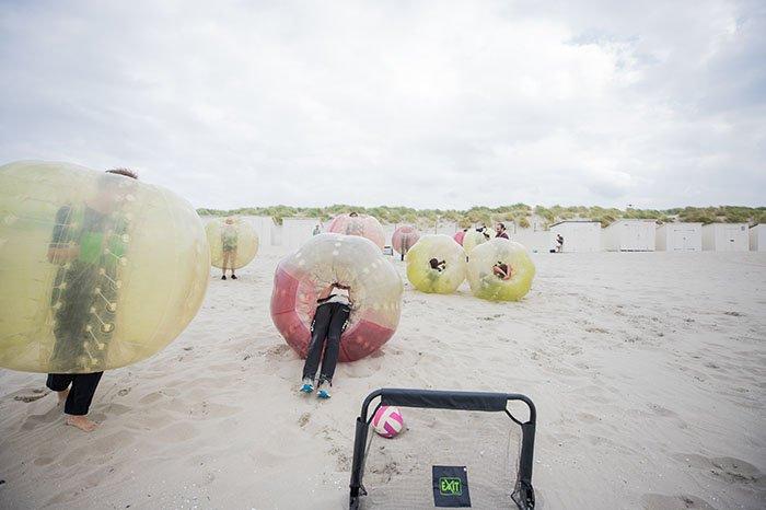 Bubble soccer op het strand