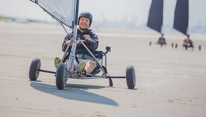 BLOKARTEN, blowkarten ofwel strandzeilen op het strand met een Vrijgezellenfeest, bedrijfsuitje, familie-uitje of teamuitje doe je tussen Scheveningen en Hoek van Holland, in de regio Zuid-Holland op het strand van 's-Gravenzande bij WATO-Events