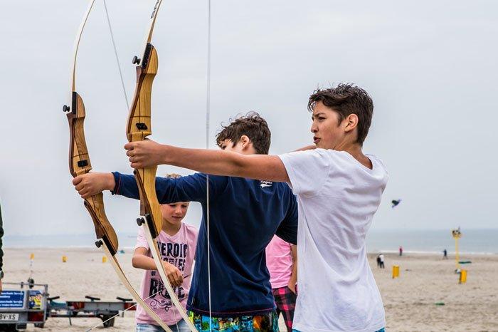 Boogschieten op het strand voor jong en oud