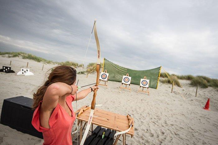 Boogschieten op het strand voor uw bedrijfsuitje of groepsuitje