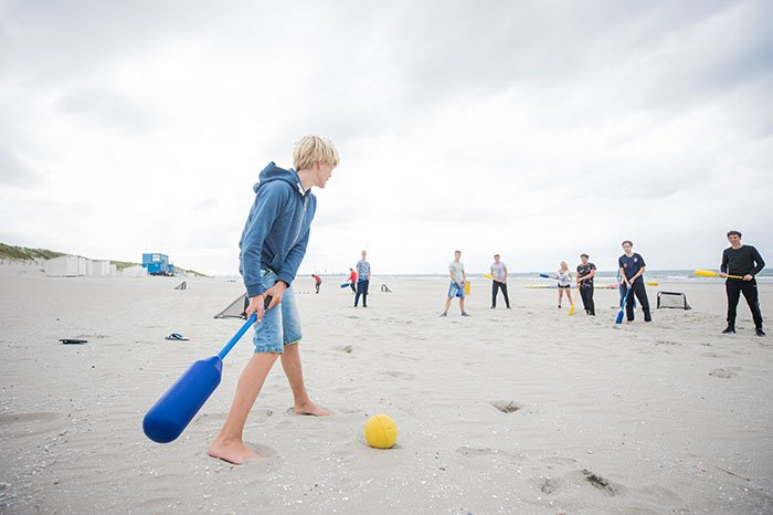 Knotshockey op het strand