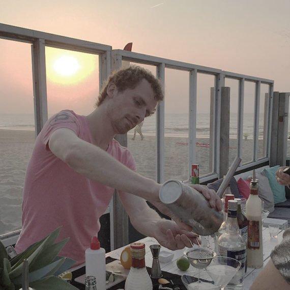 Genieten van een hapje, drankje of geheel horeca arrangement op het strand met een Vrijgezellenfeest, bedrijfsuitje, familie-uitje, teamuitje of onderdeel van een actieve vergadering doe je tussen Scheveningen en Hoek van Holland, in de regio Zuid-Holland op het strand van 's-Gravenzande bij WATO-Events in Beachclub Breez