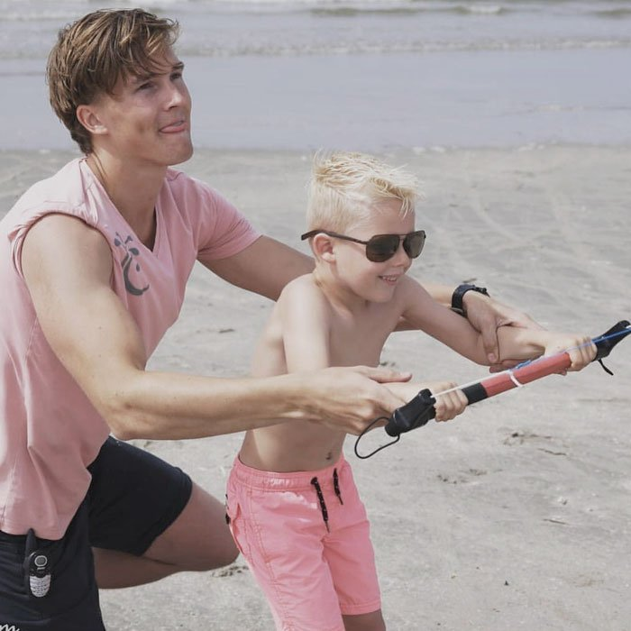 Powerkiten Vliegeren met krachtvliegers ofwel powerkiten op het strand met een Vrijgezellenfeest, bedrijfsuitje, familie-uitje of teamuitje doe je tussen Scheveningen en Hoek van Holland, in de regio Zuid-Holland op het strand van 's-Gravenzande bij WATO-Events