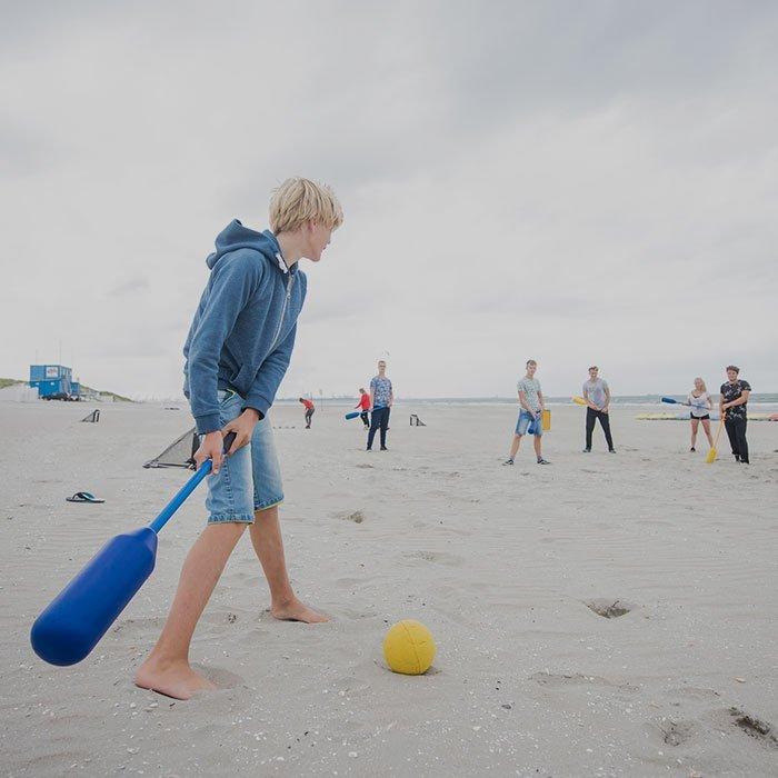 Beachgames Verschillende leuke strandspellen ofwel echte beachgames spelen met een Vrijgezellenfeest, bedrijfsuitje, familie-uitje of teamuitje, doe je tussen Scheveningen en Hoek van Holland, in de regio Zuid-Holland op het strand van 's-Gravenzande bij WATO-Event.