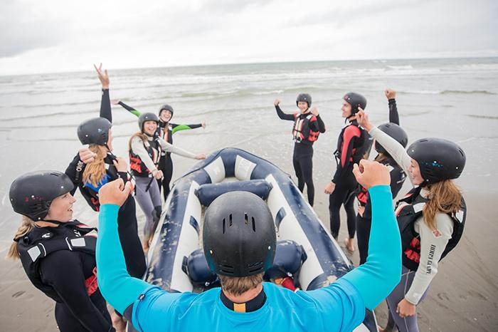 Varen in een rubberboot op zee, branding raften ofwel raften tussen de golven met een Vrijgezellenfeest, bedrijfsuitje, familie-uitje of teamuitje doe je tussen Scheveningen en Hoek van Holland, in de regio Zuid-Holland op het strand van 's-Gravenzande bij WATO-Events.