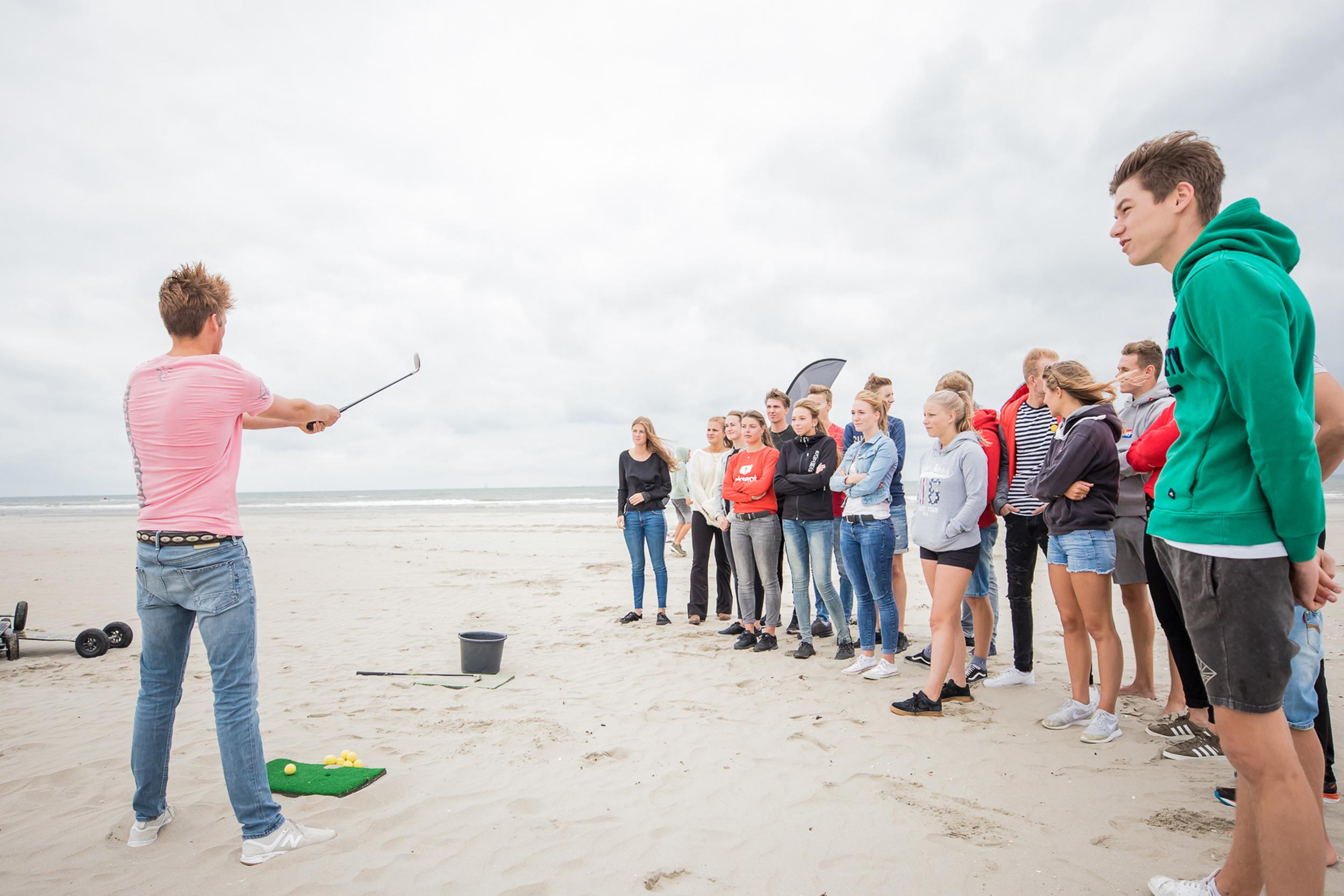 Een drive-in range op het strand, golfen als een echte professional strandgolfen tijdens uw vrijgezellenfeest, bedrijfsuitje, familie-uitje of teamuitje doe je tussen Scheveningen en Hoek van Holland, in de regio Zuid-Holland op het strand van 's-Gravenzande bij WATO-Events