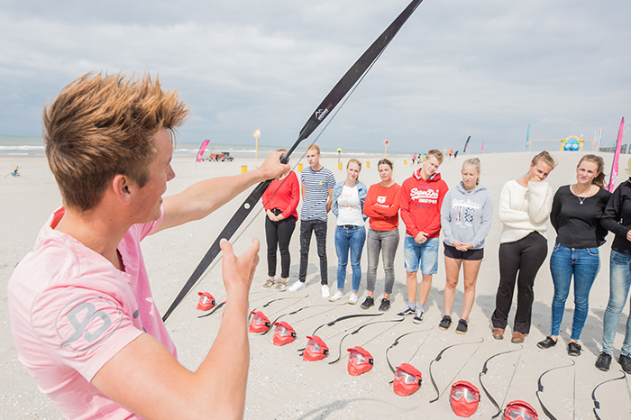 Schieten met een pijl en boog op een blazoen ofwel echt pijl en boog schieten op het strand met een Vrijgezellenfeest, bedrijfsuitje, familie-uitje of teamuitje doe je tussen Scheveningen en Hoek van Holland, in de regio Zuid-Holland op het strand van 's-Gravenzande bij WATO-Events