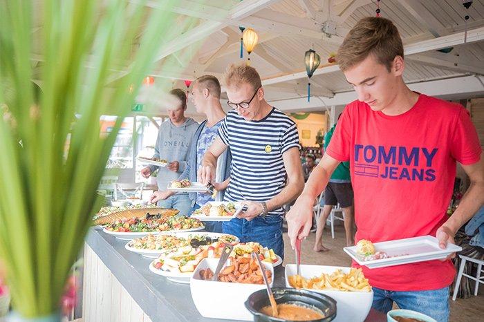 Genieten van een hapje, drankje of geheel horeca arrangement op het strand met een Vrijgezellenfeest, bedrijfsuitje, familie-uitje of teamuitje doe je tussen Scheveningen en Hoek van Holland, in de regio Zuid-Holland op het strand van 's-Gravenzande bij WATO-Events in Beachclub Breez