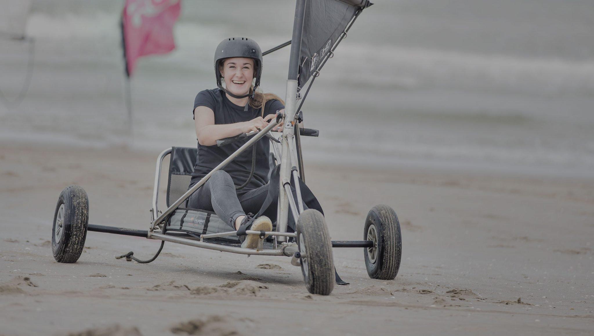 Strandzeilen, blowkarten ofwel blokarten op het strand met een Vrijgezellenfeest, bedrijfsuitje, familie-uitje of teamuitje doe je tussen Scheveningen en Hoek van Holland, in de regio Zuid-Holland op het strand van 's-Gravenzande bij WATO-Events