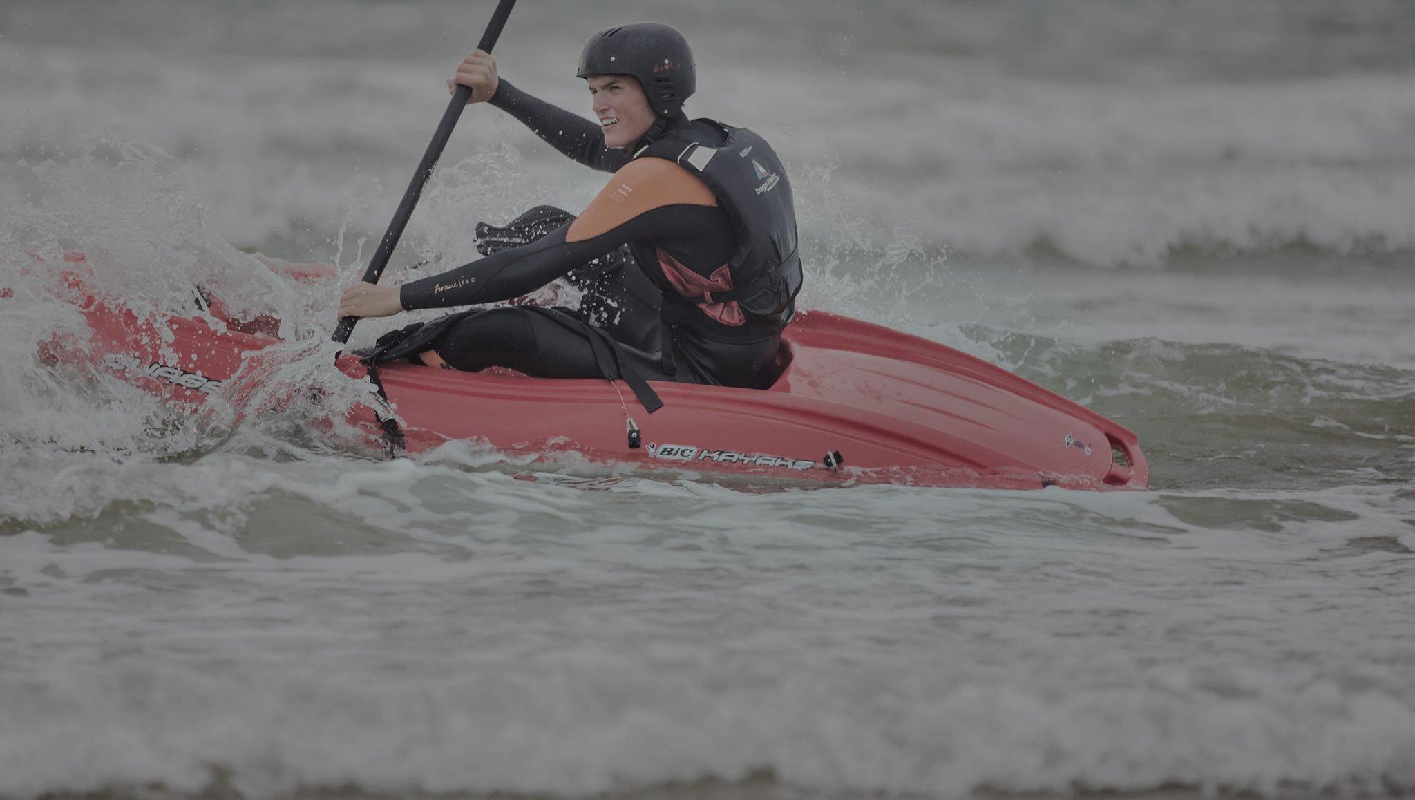 Bootje varen, in een kano zitten ofwel branding kajakken op de noordzee tussen de golven met een Vrijgezellenfeest, bedrijfsuitje, familie-uitje of teamuitje doe je tussen Scheveningen en Hoek van Holland, in de regio Zuid-Holland op het strand van 's-Gravenzande bij WATO-Events