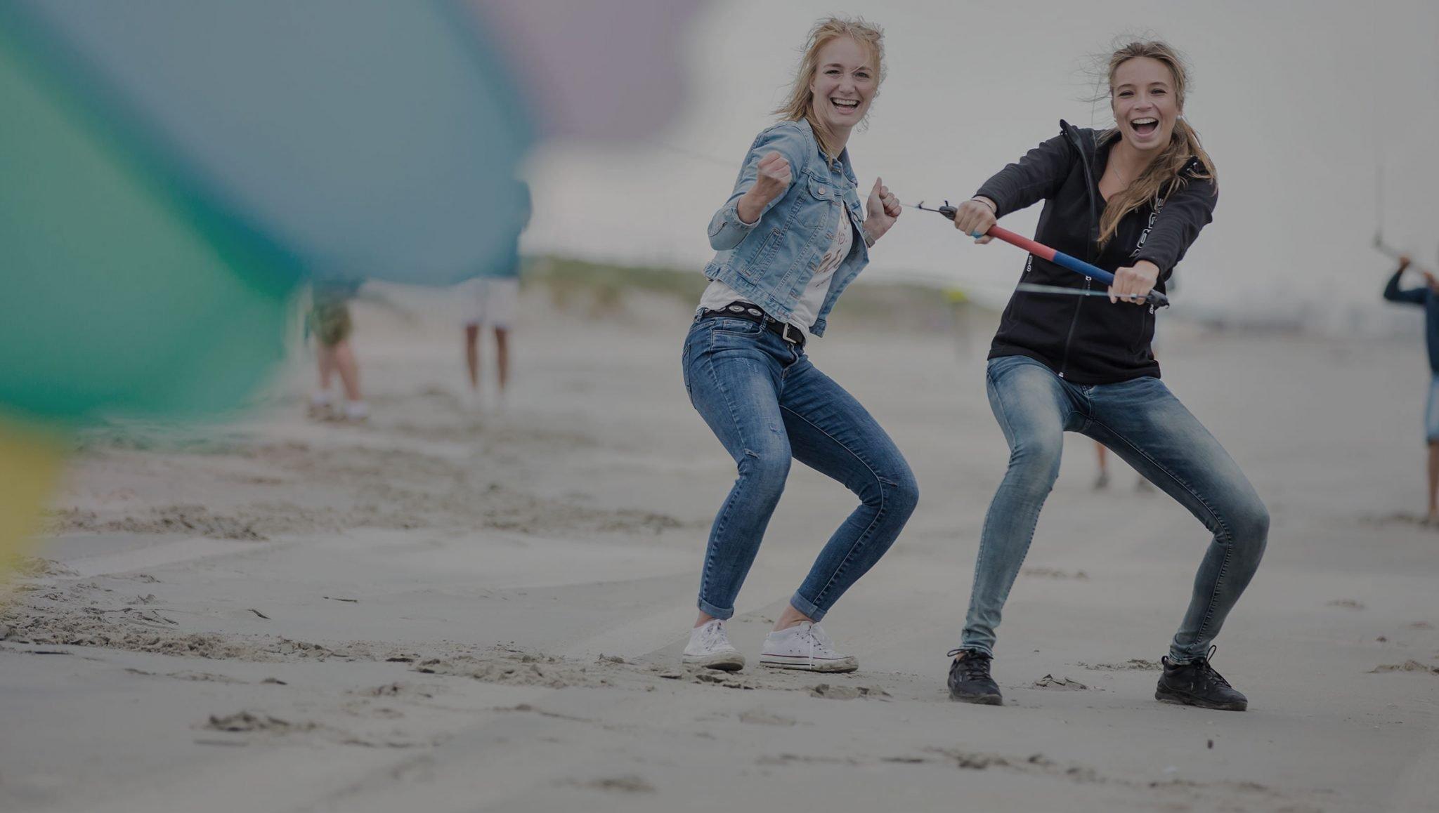 Vliegeren met krachtvliegers ofwel powerkiten op het strand met een Vrijgezellenfeest, bedrijfsuitje, familie-uitje of teamuitje doe je tussen Scheveningen en Hoek van Holland, in de regio Zuid-Holland op het strand van 's-Gravenzande bij WATO-Events