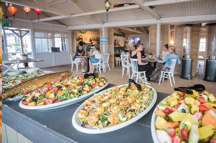 Genieten van een hapje, drankje of geheel horeca arrangement op het strand met een Vrijgezellenfeest, bedrijfsuitje, familie-uitje of teamuitje doe je tussen Scheveningen en Hoek van Holland, in de regio Zuid-Holland op het strand van 's-Gravenzande bij WATO-Events